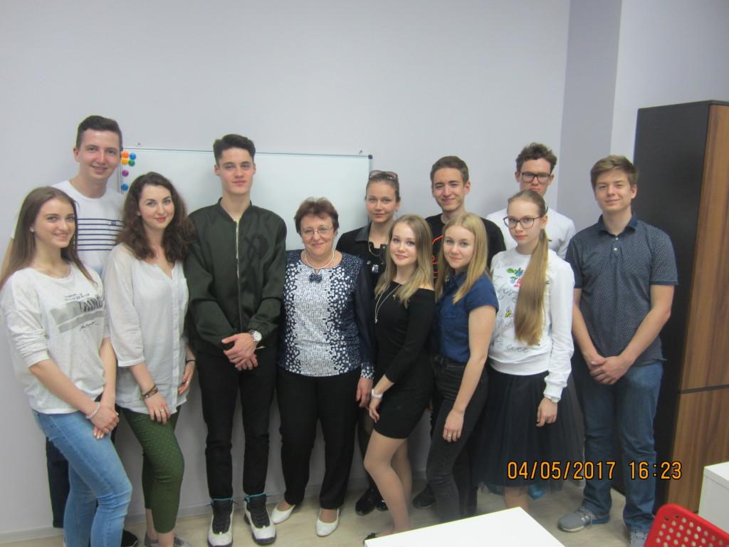 Ольга Михайловна Логинова со своими учениками и выпускниками - студентами ведущих вузов страны